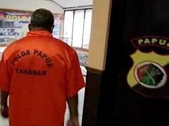 Akhirnya Mantan Bupati Mamberamo Raya Pakai Baju Tahanan
