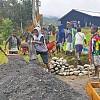 Bantu Giat TMMD, Masyarakat Kampung Nioga Kumpulkan Bahan Material Lokal